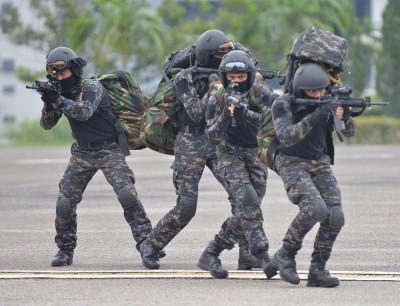 参兴演习的警察全幅武装,演习过程逼真,毫不马虎。