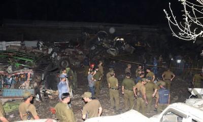 卡车炸弹袭击事件在事发现场炸毁了大半部车子。(法新社照片)