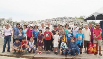 陈宗兴(继受到)带领居民们参观垃圾场时合影。