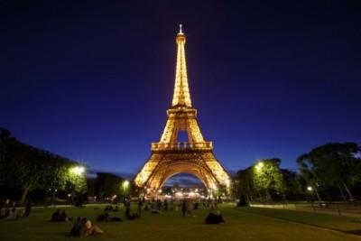 3名偷渡者在停泊于巴黎铁塔下的旅游巴被捕。