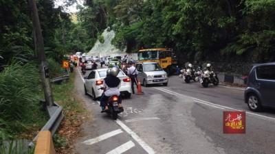 垄尾山路抛锚的拖格罗里已经暂时被移到路旁,缓解阻塞状况。