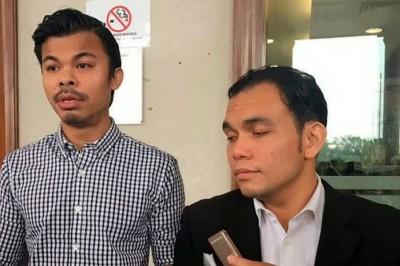 法鲁(左)与代表律师斯亚烈占周四在法庭接受媒体访问时叙述儿子遭霸凌情况。
