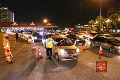 交警在大道进行截查,一度造成交通缓慢,引起后方轿车司机不满鸣笛抗议。