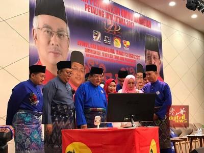 东姑安南(左3)参与巫统八打灵再也北区代表大会开幕仪式。