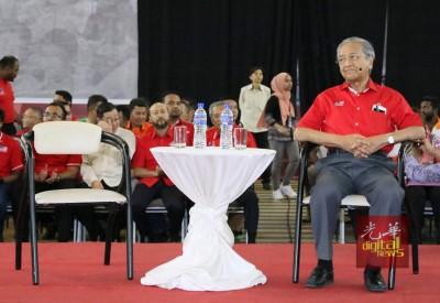马哈迪独自坐在舞台上,留给纳吉的椅子则空着。