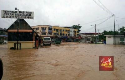孟加达市镇的马路被滚滚黄泥水覆盖着。