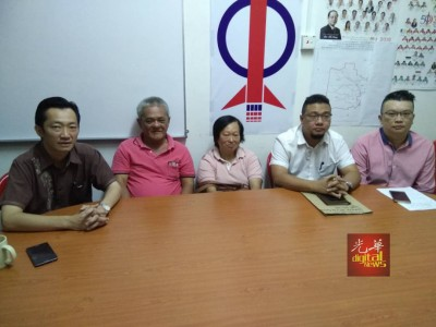余春凤(左3)同丈夫张来安(左2)向谢琪根本(左1打)、李凯业以及助手李汉强求助。