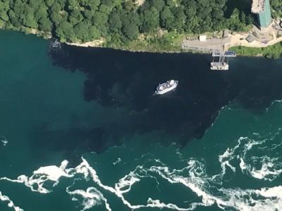 瀑布下面的游艇码头的长河被污染黑。