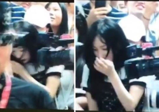 太妍被推倒在地,慌张地大哭。