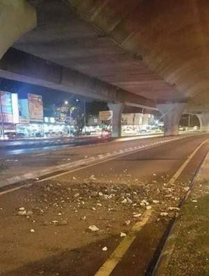 社交网广传双溪里蒙高架天桥掉下许多混凝土碎块。