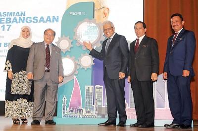 韩沙再次努力丁(左3)也2017年大马公司委员会全国会议进行开幕。左起吧扎菈、亨利松艾贡、加米尔同哈斯布兰。