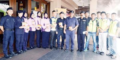 区瑞兴(左7起)、黄沐发、西文以及那曼等带领众人在万里望展开高调警政活动。
