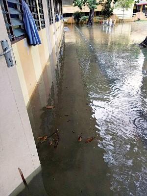 新华幼稚园走廊成水乡。