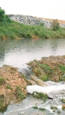 浮罗布隆垃圾场的废水池崩裂废水外溢。