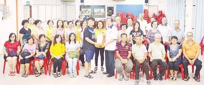 年轻党员吴时震(28岁)移交74份入党表格予傅子初,林月娣(中者)见证。