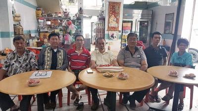 """左起谢式堂、陈赞仲、林日丹、谢是芳、谢祖钦、林方靖和杨丽贞,呼吁会员以""""3能""""投选能者。"""