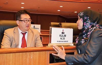 蔡通易(左)与州行政议员诺沙比娜交谈。