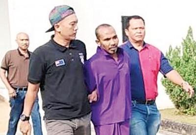 山苏阿迪(前排中)每当东甲推事庭面控后,给庭警押离法庭。