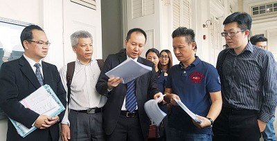 谭炳忠(右2)等人向王康立(中间)等代表律师了解案件进展。