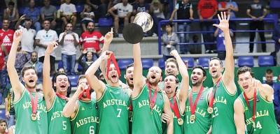 澳洲队球员领奖后欢呼激情庆祝胜利。