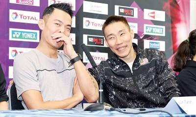 """在新闻发布会上,李宗伟(右)与林丹(左)面对媒体抛出的""""林李大战""""话题时,两人轻松应对。"""