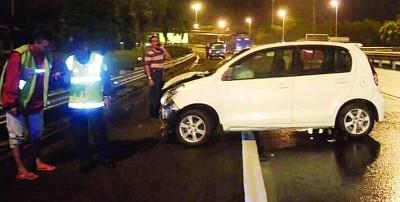 肇祸车辆车前损坏,横置在大道旁。