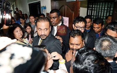 彭文宝代表律师蓝卡巴及雷尔从推事庭走出来后,大批媒体即上前了解进一步详情。