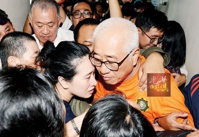 彭文宝的女儿在看见父亲出来时,立即趋前拥抱。