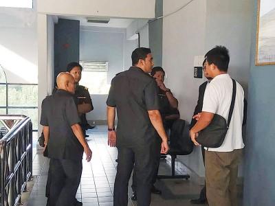 被告(白衣)改变初衷否认有罪,法官谕令展至9月18日过堂审讯。