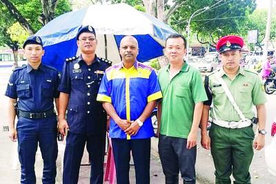 """西南县警方即日起恢复""""雨伞行动""""(Ops payung)及加强巡逻,望能对经常出入该巴刹干案的小毛贼起阻遏作用。左3起为安峇拉甘及陈建木强。"""