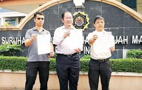 黄伟益国会议员呈交备忘录给反贪会。右起:赵德源、黄伟益及陈劲达。
