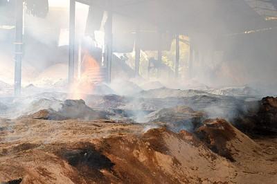 炭窑内高温难耐,窑中也不时喷出火舌。