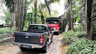炭末厂入口停放着罗里,以禁止外人进入;业者驾驶的车辆也停泊在外。