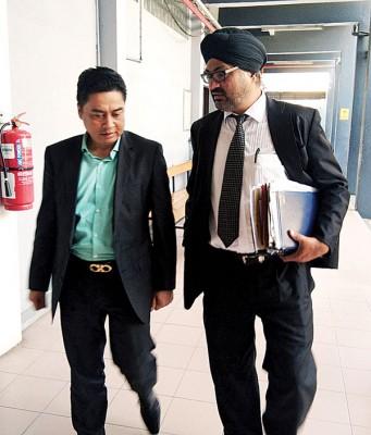 被告沙比里(左)与代表律师兰吉星一同来到怡保反贪污法庭。