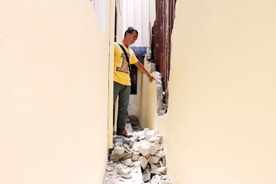 义消队副主席曾金吉指出,会所后墙已经建得很靠近会所了。
