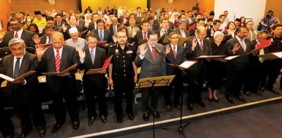 槟州首席部长林冠英带领槟州国州议员同政府部门负责领导宣誓反贪,前排左4也反贪委员会主席祖基菲里。