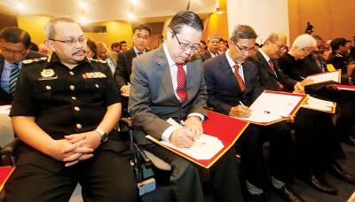 每当反贪污委员会主席祖基菲里见证下,林冠英等签署反贪宣言。