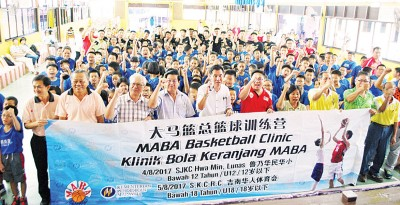 与训练营的153各项学生和国青起球员、大马篮总及华民小学董家协成员合照。