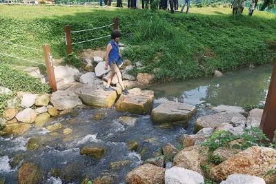 新港河提升工程在完工后,为当地居民提供一个良好的休闲空间。