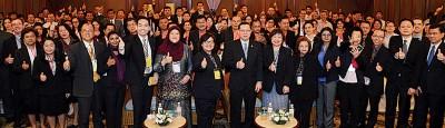 槟州首席部长林冠英与参与首届槟州国际教育论坛的国内外教育工作者及辅导员合照。
