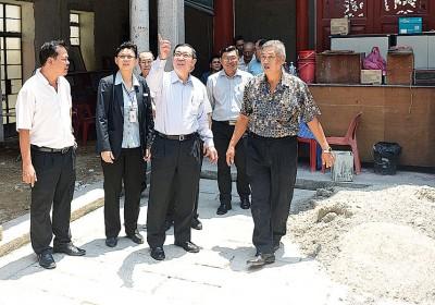 林冠英(左3)当洪敏芝(左2)当人口之伴随下前往暂时停止修复工程之覆盖能五福堂广州府会馆巡视。
