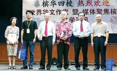 31名世界华文作家及媒体拜访槟华四校,与四校董事及华堂代表合照。