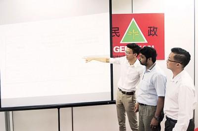 黄志毅(左1)以数据指槟州政府提供的廉价及中廉价房屋数据不正确,右起许保忠、普文。