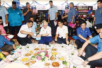 纳吉当峇东埔出席活动时席地而坐,以及大众共餐。