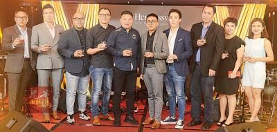 (左起)Moët Hennessy Diageo大马私人有限公司品牌大使张伟琪、销售执行员Simon Foo、品牌高级经理陈忠杰、区域销售经理林阳、销售执行员Shaun Chan、品牌经理助理卲荣峰、高级销售执行员罗伟文、公关及广告经理吴燕平、Cherry Koh及Bali Hai集团董事经理蔡龙辉(左5)一同与嘉宾们敬酒。
