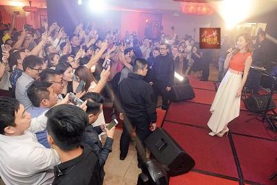 胡定欣魅力四射,现场嘉宾纷纷挤到台前拿起手机拍下近距离的视后。