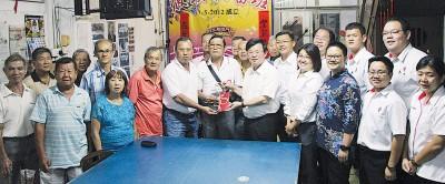 黄天发(前排左四)赠纪念品予曹观友(左六),左五为吴顺星。