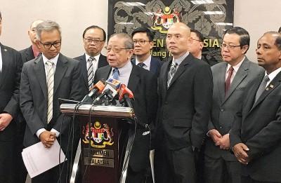 林吉祥(前排左2)促请记者先调查再询问。