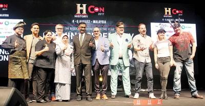 """卡玛拉纳登(左6)也""""History Con 2017""""开幕。左2由爱赞韩丹、嘉斯比尔、鲁斯妮、爱伦霍哲、爱德华萨宾、麦特普林斯顿、贾斯汀莫特、嘉米邓普西以及哈利夫依斯干上。"""