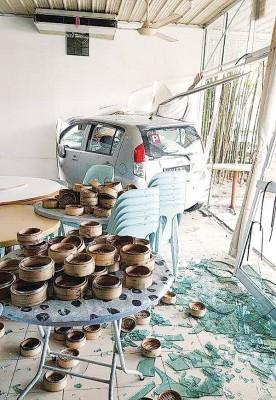 肇祸司机把点心楼里的桌椅及点心蒸笼等撞得一片散乱,玻璃碎片散落满地。